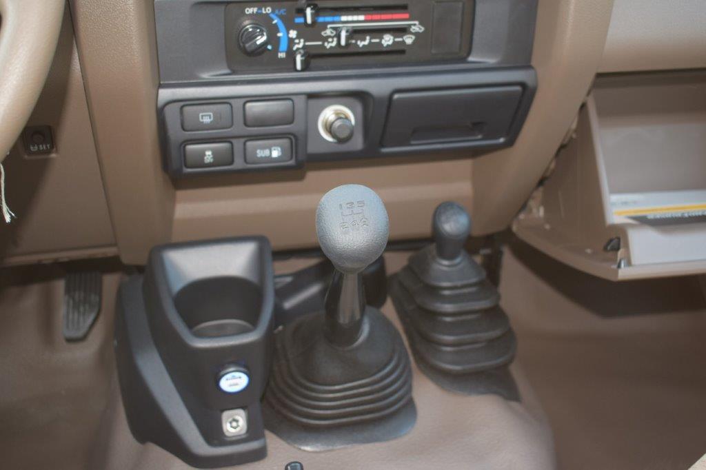 TOYOTA LC78 HARDTOP V6 4.0L PETROL MT interior
