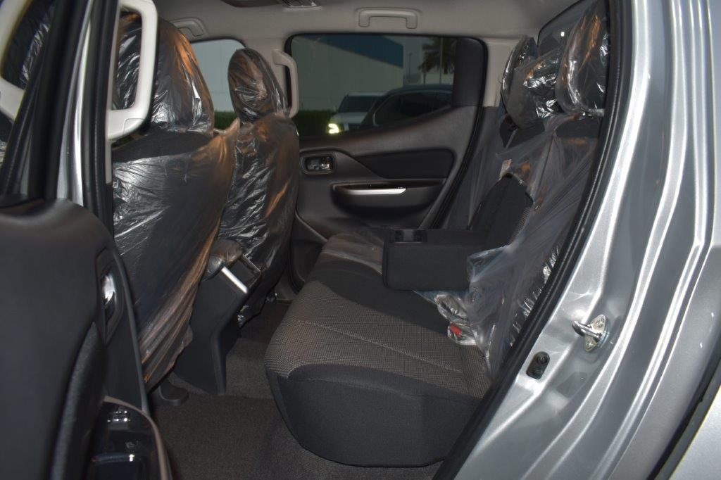 MITSUBISHI L200 SPORTERO DC PICKUP Back seat view