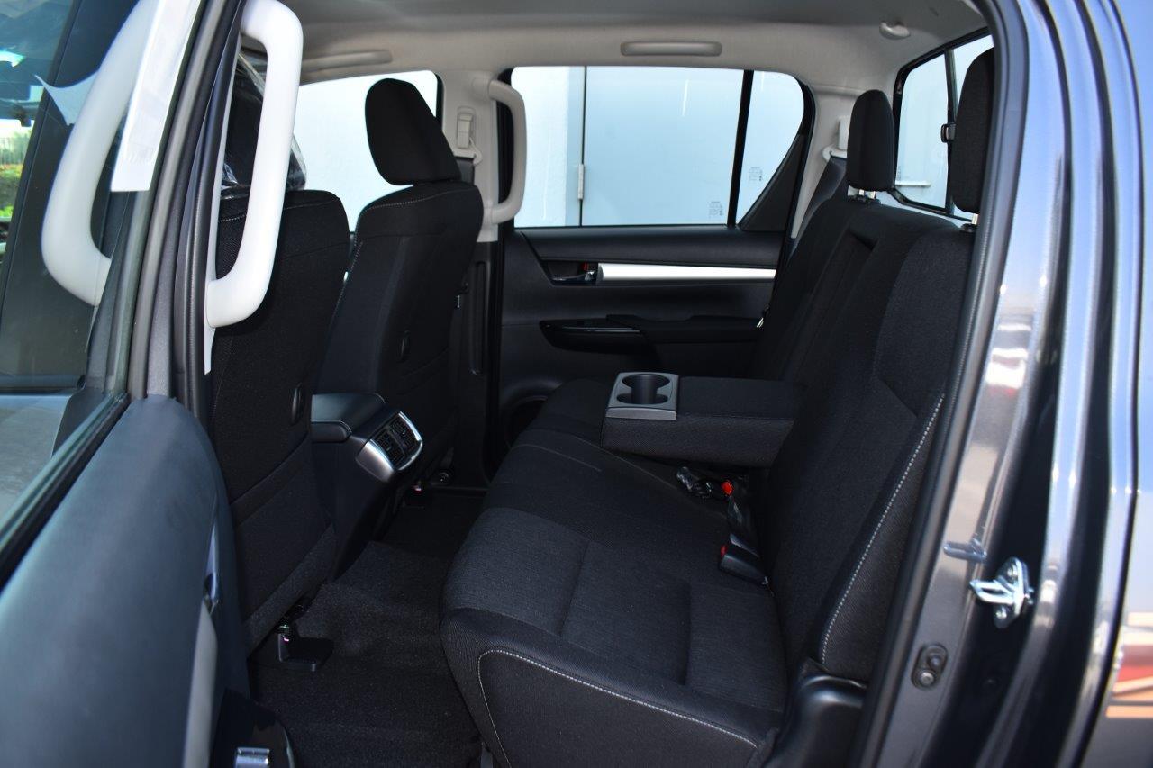 Hilux double cabin 2.8l glxs inside rear image
